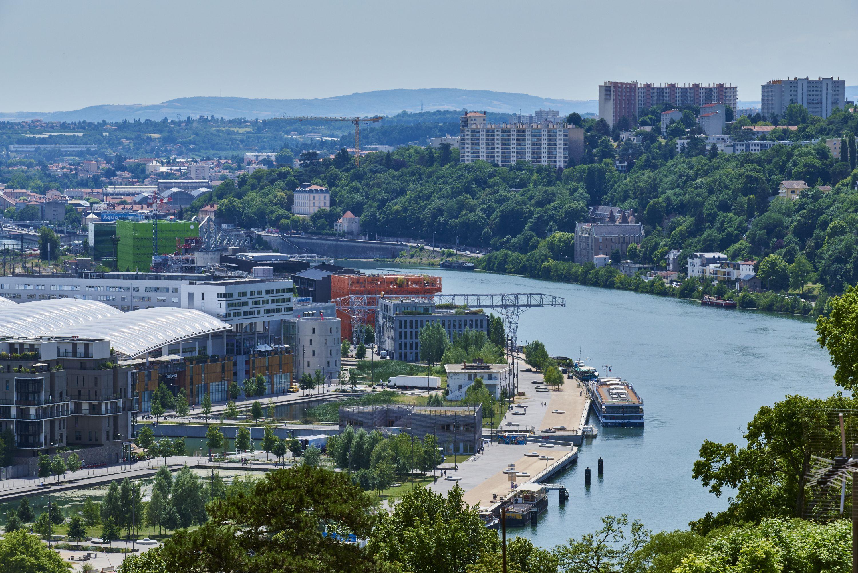 Le paquebot de croisiere l'Avalon Scenery accostant au quai Rambaud sur la Saone au quartier de la Confluence a Lyon.
