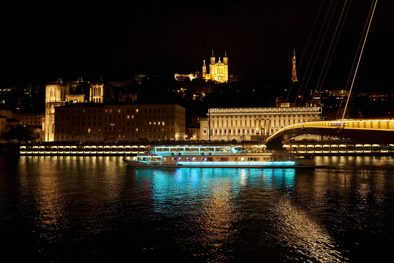 Le bateau promenade de Lyon City Boat L'Hermes fait visiter la ville de nuit. Ici entre Bellecour et Vieux Lyon.