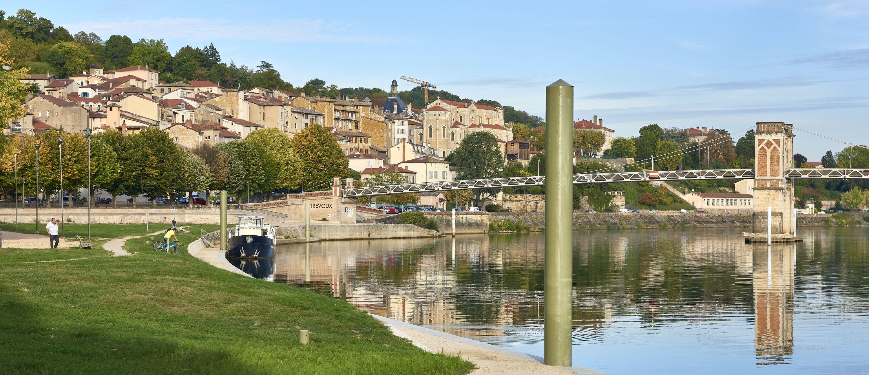 Peniche hotel et promenades le long des bords de Saone a Trevoux. Au fond l'eglise Saint-Symphorien