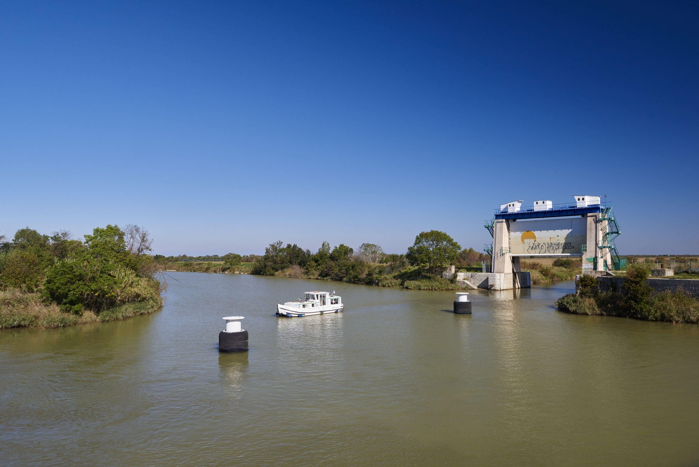 Bateau du tourisme au porte de garde du Vidourle sur le Canal du Rhone a Sete