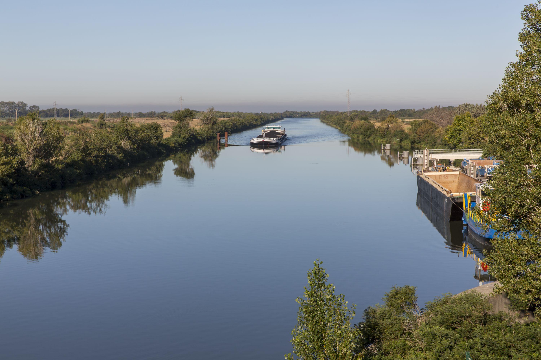 Le Pax arrivant a l'ecluse de Saint Gilles sur le canal du Rhone a Sete